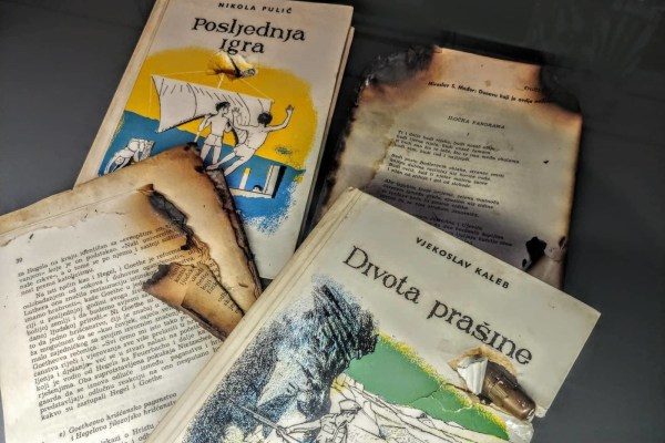 TAJNE MUZEJA: Nagorjele i pogođene, neke knjige znakovitih imena iz vinkovačke knjižnice ostale su sačuvane