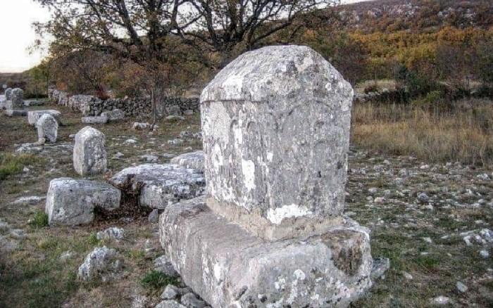 Za koga su stećci klesani i što poručuju ostaje zagonetka koju pokušavaju riješiti istraživači koji posjećuju najsačuvanije groblje u Crljivici