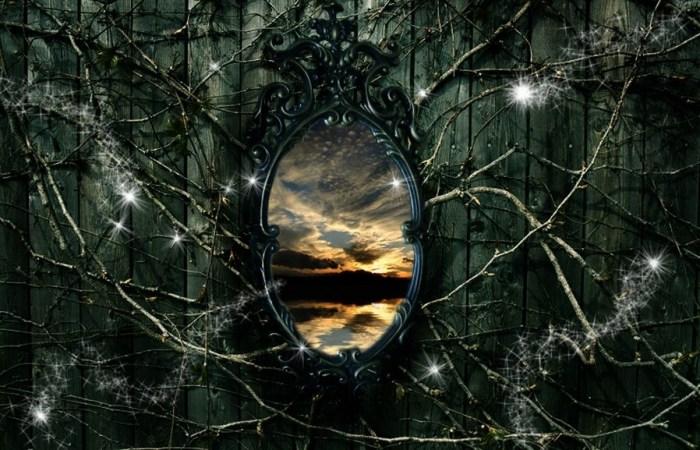 Uhvaćen u zao čas, odraz u ogledalu skrivao je dušu koja prelazi, nesvjesne uspomene i neke druge magične svjetove