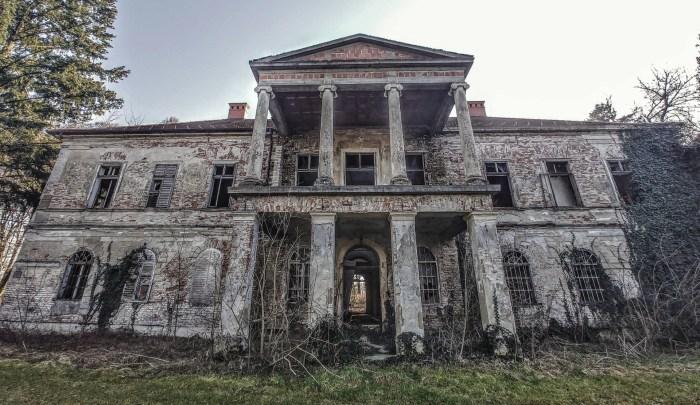 Spletom sudbe, Martijanec je često bio dom posljednjih plemića, a danas godine nemara prikrivaju istinsku ljepotu dvorca u centru mjesta