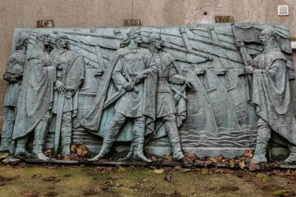 Brončani reljefi sa spomenika kralja Tomislava koje nitko ne želi kisnu u dvorištu barokne palače preko puta Hrvatskog Sabora