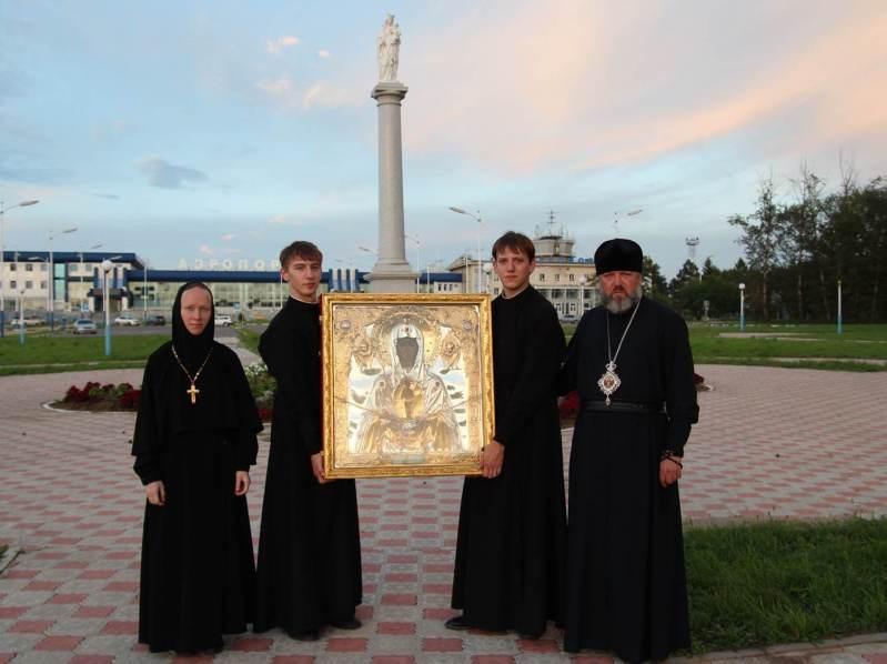 14 августа 2013 Аэропорт Игнатьево. Участники первого епархиального крестного хода «по воздуху» Фото: иеромонах Георгий (Исаков)