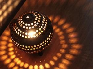 Une lampe en noix de coco