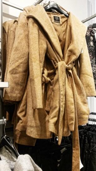 Kdo ne | kupuje zmuchlané kabáty?