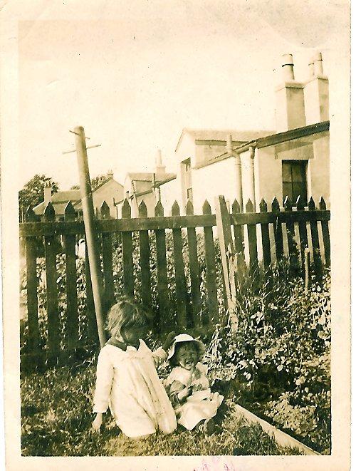 1917 Margaret & Chrissie Duncan at Enterkin, Broompark Rd