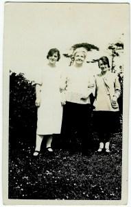 1923 The Danskin women in Burnbrae field