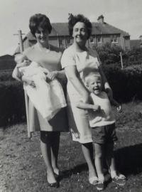 1867 Maisie Gardner with daughter Christine and her children