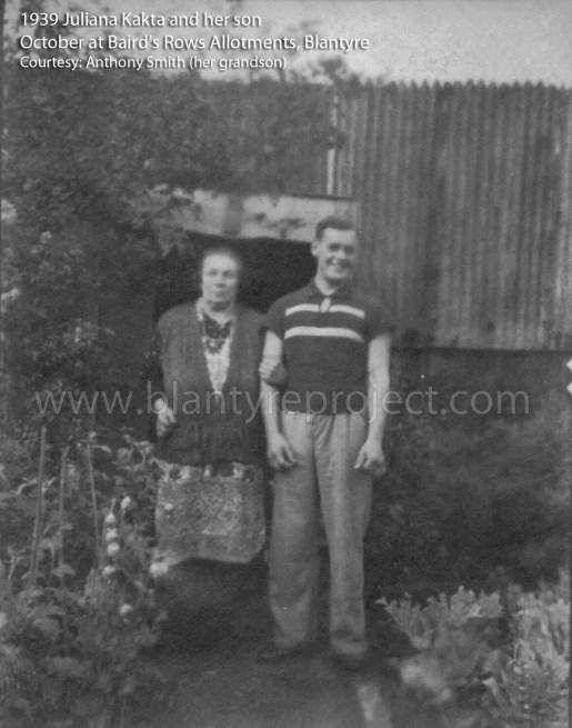 1939 Juliana Kakta and her son at Bairds Rows