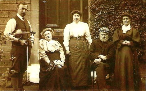 Hunter family at Dervoch Cottage from Jack Owens 263 Glasgow rd