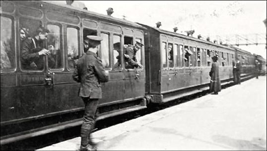 Soldiers-head-for-the-front-by-train-ed