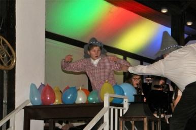 Ein Schlagzeuger der Blaskapelle Schapen lässt Luftballons im Takt platzen.