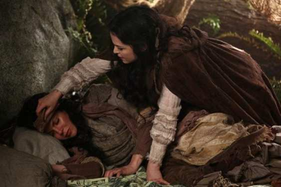 Snow White (Ginnifer Goodwin) takes care of a disguised Regina (Lana Parrilla).