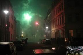 Das Abbrennen von Feuerwerkskörpern in engen Straßen birgt große Gefahren