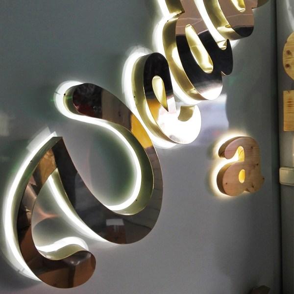 rótulos de letras en acero con luz posterior