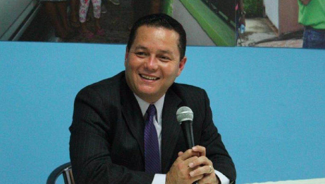 Neighboring mayor praises Trump, says San Juan mayor playing 'politics,' AWOL at meetings