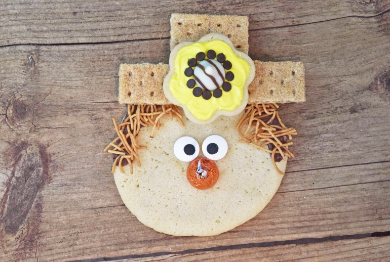 assembly-scarecrow-cookie