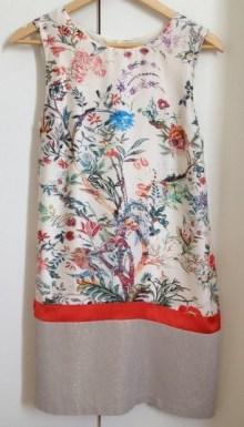 ma robe sans manche, imprimé floral multicolore sur fond écru, de la Fée Maraboutée