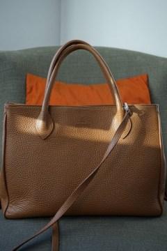Sac à main en cuir vigogne fauve, modèle Ker Balmoral de chez Renouard.