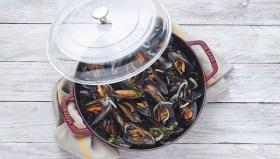 La sauteuse en fonte émaillée STAUB Noir mat de 24 cm, allie la polyvalence d'une sauteuse avec la qualité de cuisson de la fonte STAUB