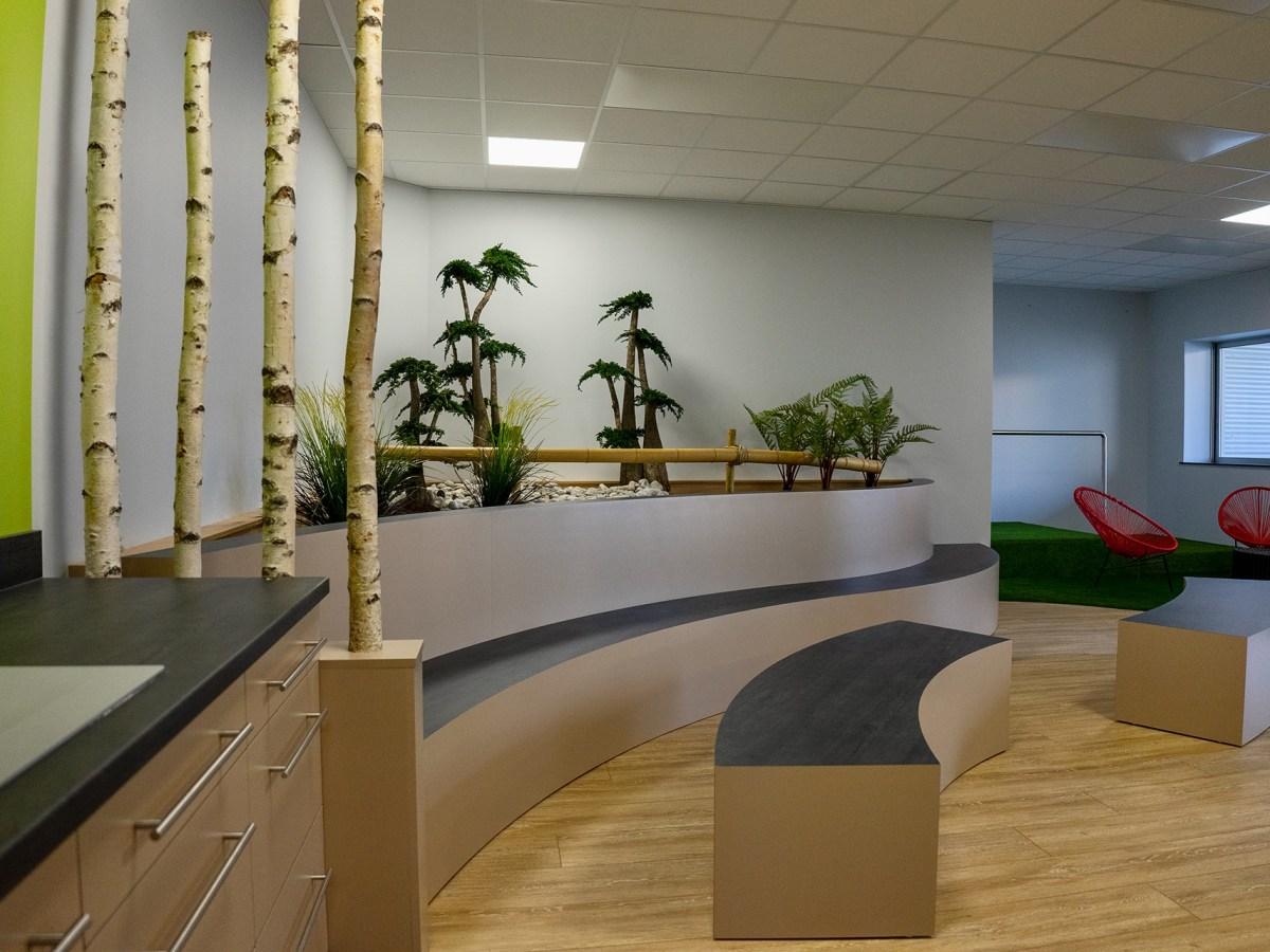 Gradins et bancs cintrés servant d'assise. Jardinière décorative esprit asiatique avec vrais végétaux stabilisés.