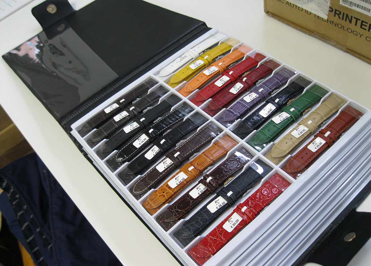 Die praktischen, übersichtlichen Mappen gibt es in zwei Größen: Die kleinere mit Bändern in 12 mm bis 24 mm + Überlänge, die größere mit 10 mm bis 30 mm + Überlänge.