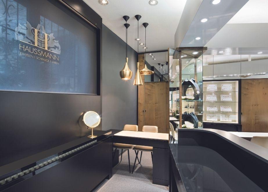 Altes und Neues im harmonischen Einklang – dies war die große Herausforderung bei Juwelier Haussmann in Göppingen. Das Ladendesign überzeugt mit purer Klassik und Eleganz. Die Farbwelt der Ladenein- richtung ist beinahe komplett auf Schwarz und Gold reduziert.