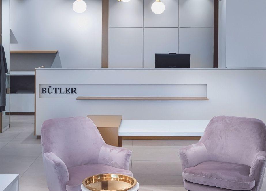 """Auf zwei Etagen und knapp 200 m2 Verkaufsfläche entstand bei Bütler Mode in Liestal (Schweiz) ein Fachgeschäft für Frauen mit gutem Geschmack sowie dem Gefühl für Qualität und Style. Der Schlüssel und zugleich das Motto des Einrichtungsdesigns ist """"Zeitlose Eleganz""""."""