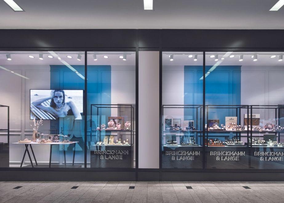 Die Flagship-Boutique von Brinckmann & Lange verfügt über eine repräsentative Schaufensterfront.