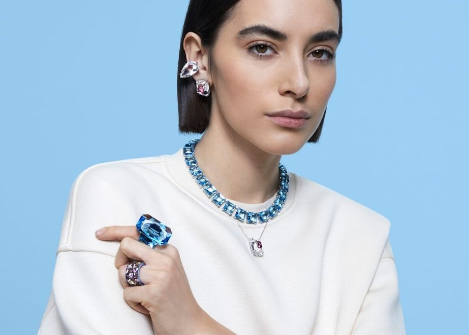 Ringe im Kissenschliff und klobige Anhänger erinnern an die Y2K-Ära, während große Kristallohrringe und Halsreifen für aufwendige Soireen gemacht sind.
