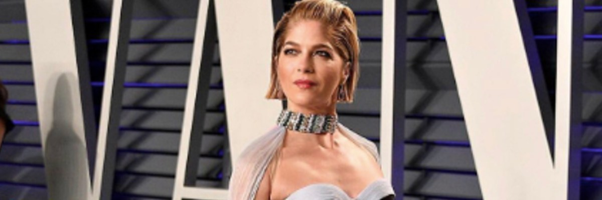 Selma Blair standing on the red carpet @ The 2019 Vanity Fair Oscar Party.