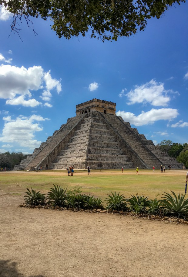 A picture of the famous pyramid of Chichen Itza