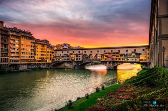 beautiful-sunset-shimmering-ponte-vecchio-arno-river-florence-italy