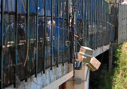 Contrabando na Ponte da Amizade, no Paraguai. Falhas na segurança e regras permissivas favorecem expansão do tráfico internacional