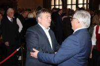 Thomas Ebenhöch, Standortleiter Continental Regensburg, mit Bürgermeister Jürgen Huber