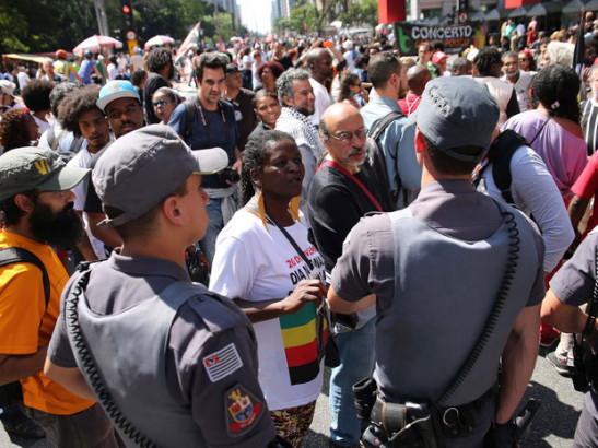 policiais-militares-fazem-barreira-para-separar-o-protesto-do-movimento-brasil-livre-da-xiii-marcha-da-consciencia-negra-na-avenida-paulista