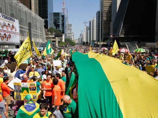 varios-manifestanes-se-reuniram-na-avenida-paulista-em-sao-paulo-na-tarde-deste-domingo-20-em-apoio-a-lava-jato