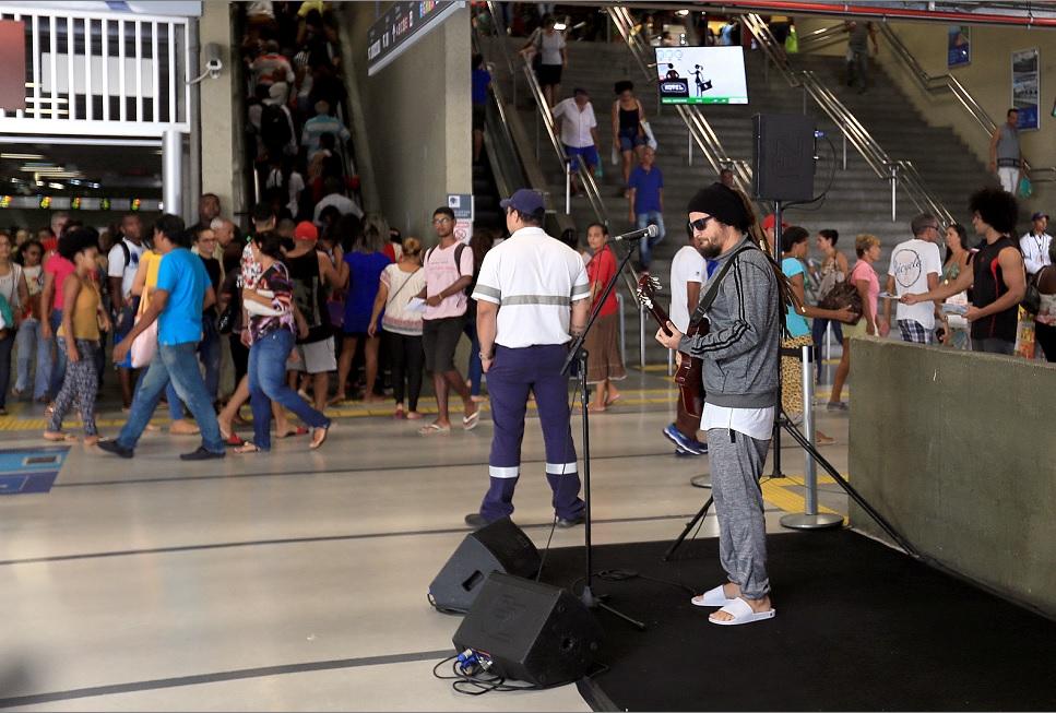 Uma pequena multidão começou a se formar quando o artista começou a cantar (Foto: Roberto Abreu)
