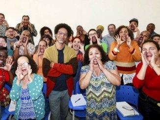 Raízes. O professor Carlos Henrique Ònà Veloso (no centro) com os alunos de sua turma na UFRJ: tornar-se fluente em iorubá demora, em média, cinco anos - Marcos Ramos / Marcos Ramos idioma
