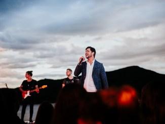 Canção de Danilo Bottrel faz parte do CD e DVD Ao Vivo em Escarpas do Lago e está disponível no canal oficial do cantor no Youtube e nas plataformas digitais