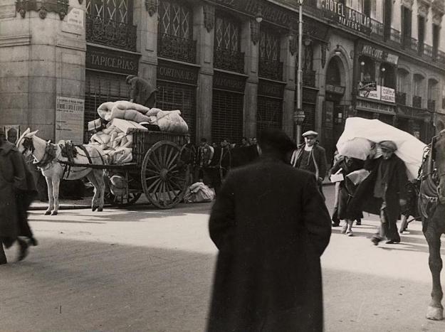 "A la foto, extreta del ""Archivo Rojo"" (Fichero Fotográfico del Ministerio de Propaganda), es veu el nom que tenia l'actual Carrera de San Jerónimo de Madrid"