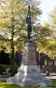 A l'esquerra, document d'aprovació del monument. Aquí, l'actual ubicació, a l'entorn de la Universitat de Brussel·les (s'havia inaugurat en el centre de la ciutat).