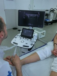 Realització d'exploració ecogràfica al servei de podologia de la Clínica Universitària