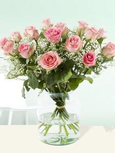 15 roze rozen met gipskruid| Rozen online bestellen & versturen | Surprose.nl