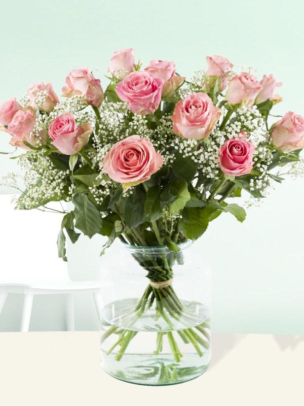 15 roze rozen met gipskruid  Rozen online bestellen & versturen   Surprose.nl