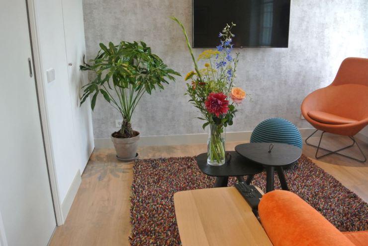 Boeket met bloemen en een plant voor hotelkamer.