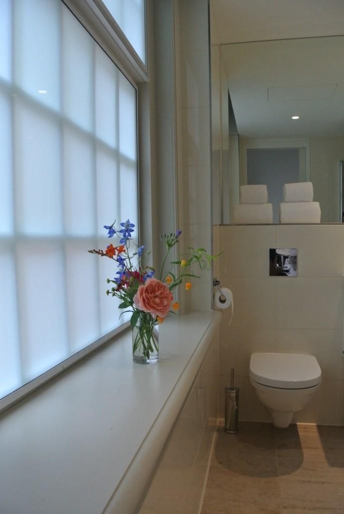 Mini bloemetjes in de badkamer geven een heerlijk gevoel van luxe!