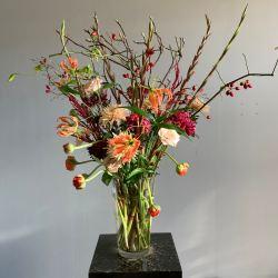 herfstboeket met gemengde seizoensbloemen