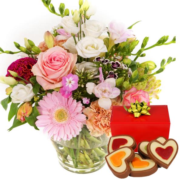 Bloemen met vaas en hartjes chocolade bestellen of bezorgen