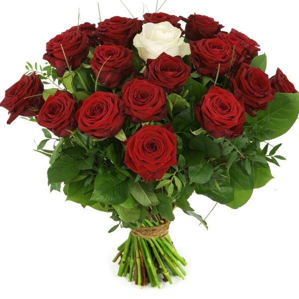 Boeket rode rozen en één witte roos bestellen of bezorgen