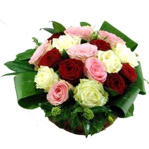 Bloemstuk met drie kleuren rozen bestellen of bezorgen online